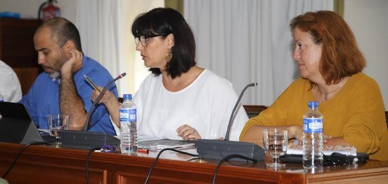 Leticia Padilla, Leandro Delgado y Ester Gómez en el Pleno del Ayuntamiento de Arrecife